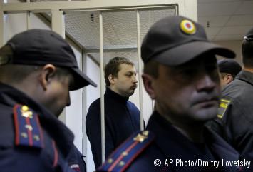 Mikhail Kosenko, en el centro, se encuentra en la jaula de los acusados durante el juicio