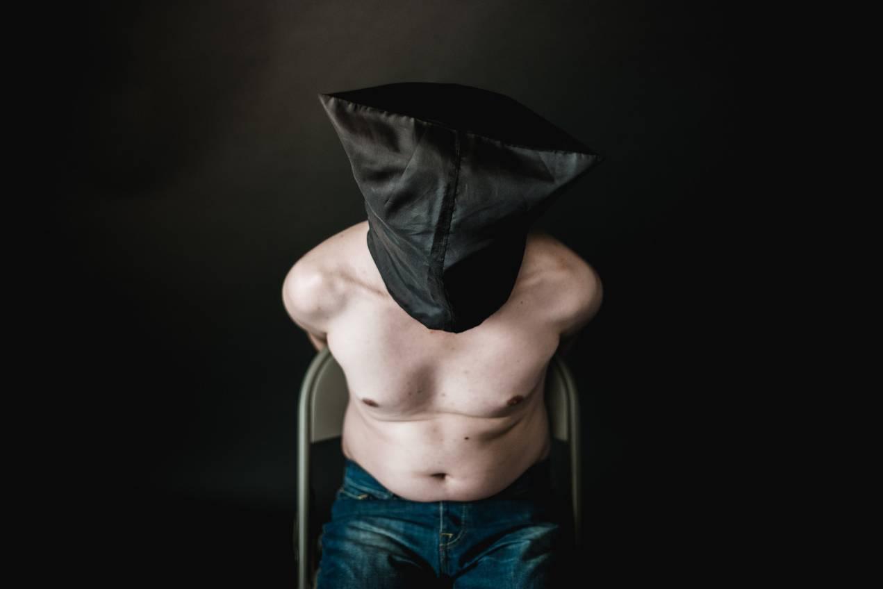Hombre torturado sexualmente