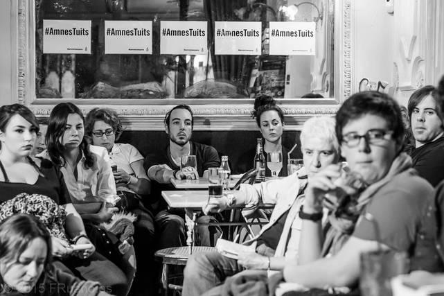 Más de 70 personas se reunieron en el Café Manuela , en Madrid, para oír hablar sobre cómo la situación de    discriminacion y violencia se focaliza en los mejores de edad trans*. © Paco Ruano