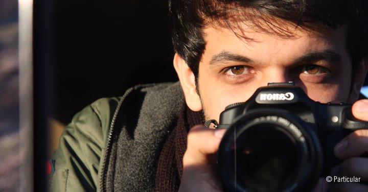 Retrato de Keywan Karimi con una cámara fotográfica