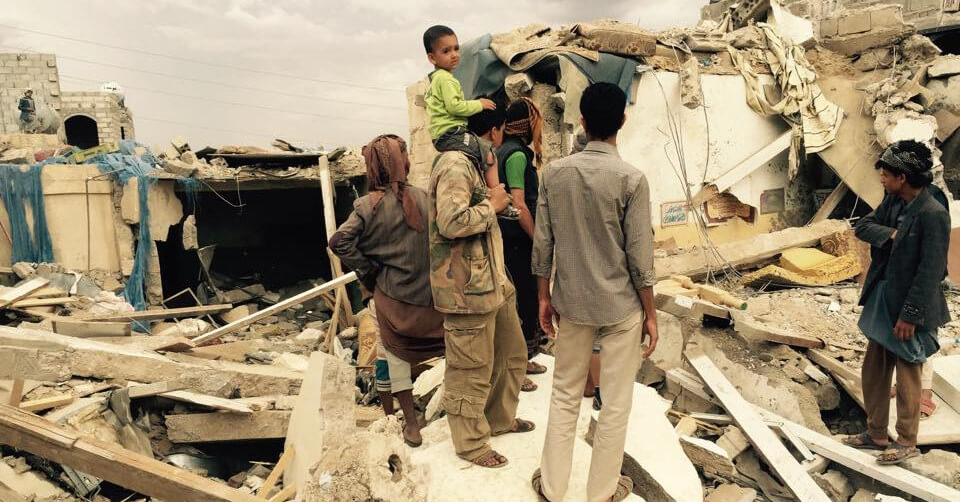 Vecinos inspeccionan los daños tras un ataque aéreo