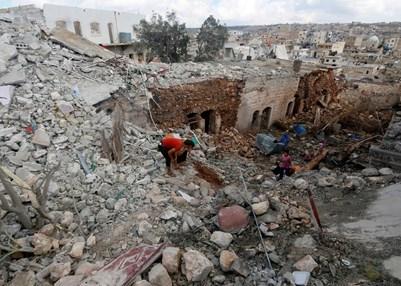Residentes inspeccionando un lugar devastado por los ataques aéreos, Siria, octubre de 2015. © REUTERS/Ammar Abdullah