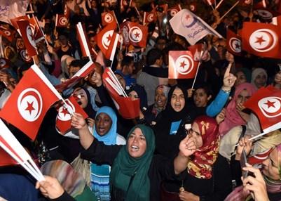 Festejando la celebración de las primeras elecciones presidenciales en Túnez, octubre de 2014. © FADEL SENNA/AFP/Getty Images