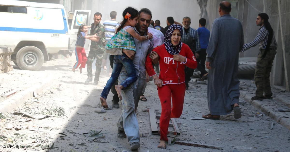 Una familia siria corre a esconderse