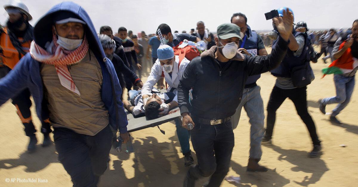 Medicos palestinos evacuando a un herido en camilla