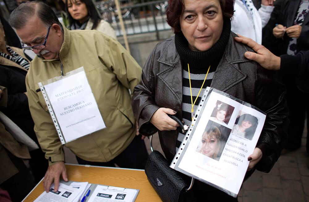 Decenas de personas participan en una concentración contra las adopciones ilegales en Madrid el 9 de noviembre de 2011. Cientos de mujeres españolas han denunciado en el último año que sus bebés fueron robados al nacer y entregados en adopciones ilegales durante y después de la dictadura de Franco y en la década de 1980.