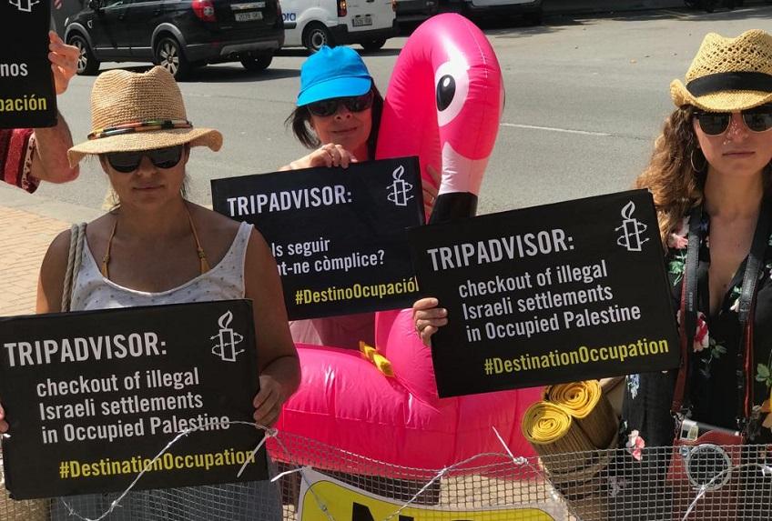 Activistas de Amnistía Internacional se visten de turistas para protestar frente a las oficinas de TripAdvisor por ser cómplices con la existencia y expansión de los asentamientos israelíes ilegales. Te contamos por qué.