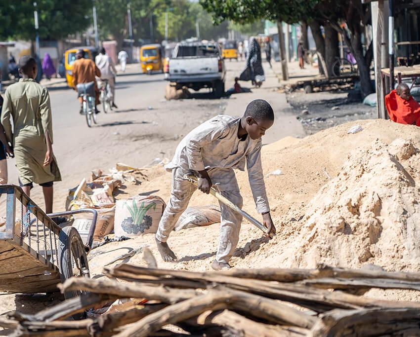 Un menor trabaja en Maiduguri, en el estado de Borno, Nigeria, para mantener a su familia, en lugar de ir a la escuela.