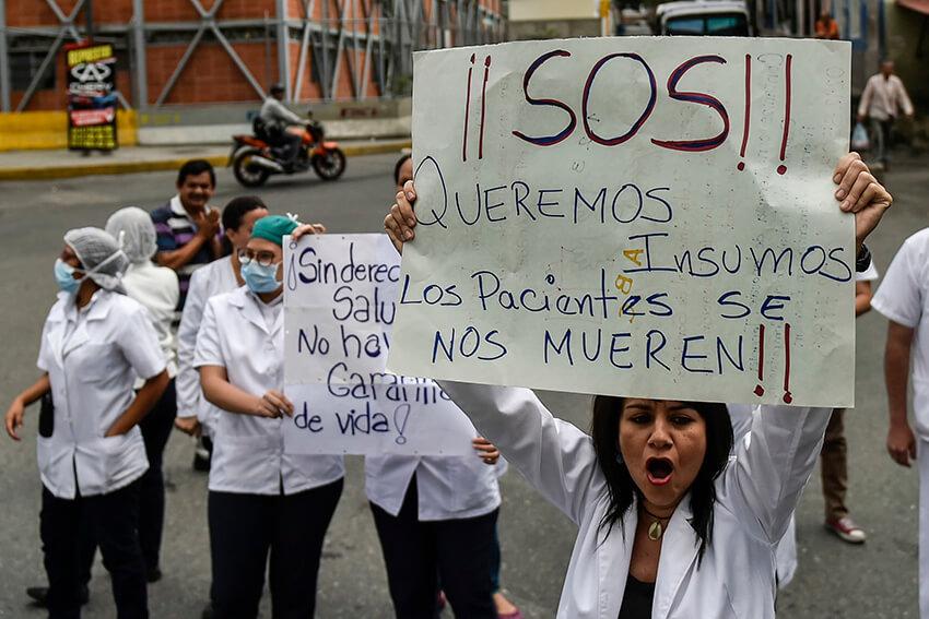 Trabajadores de la salud y pacientes protestan por la falta de medicamentos, insumos médicos y malas condiciones en los hospitales, en Caracas el 17 de abril de 2018