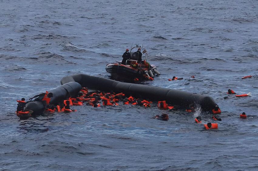 Personas refugiadas y migrantes son rescatadas por miembros de la ONG española Proactiva Open Arms tras partir de Libia tratando de llegar a suelo europeo a bordo de un bote  abarrotado, 11 de noviembre de 2020.