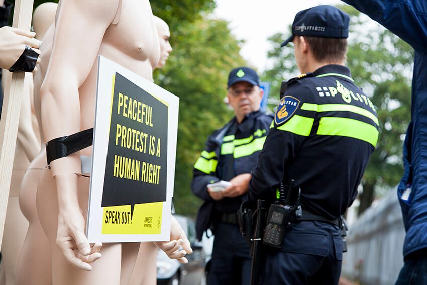 La policía detuvo a dos miembros del personal de Amnistía Internacional cuando protestaban ante la embajada rusa en La Haya.