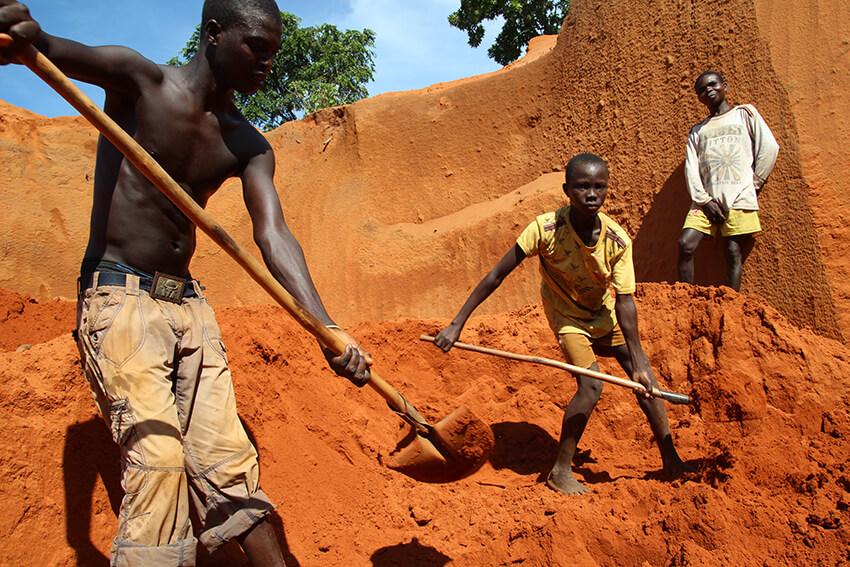 Menores y adultos trabajando en las minas de cobalto en República Democrática del Congo. © AI
