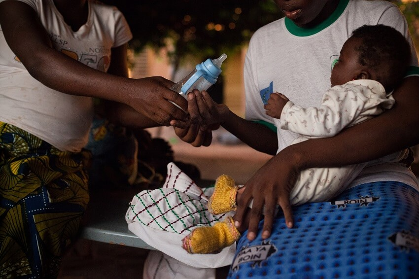 Una madre con su bebés víctima de matrimonio forzado