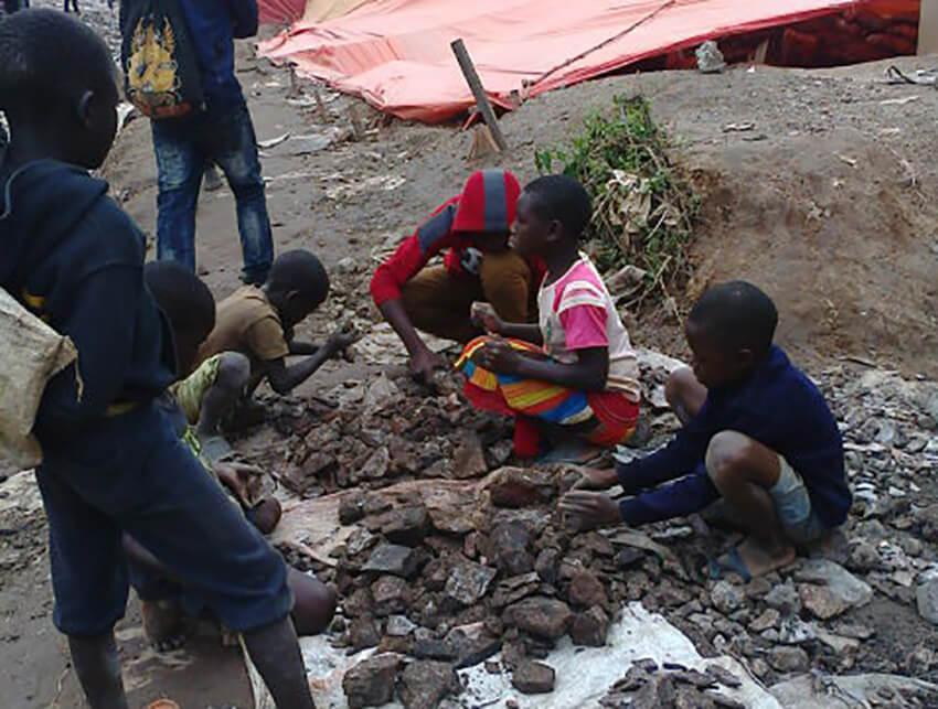 Niños clasificando mineral de cobalto en el barrio de Kasulo, Kolwezi, República Democrática del Congo, mayo de 2015.