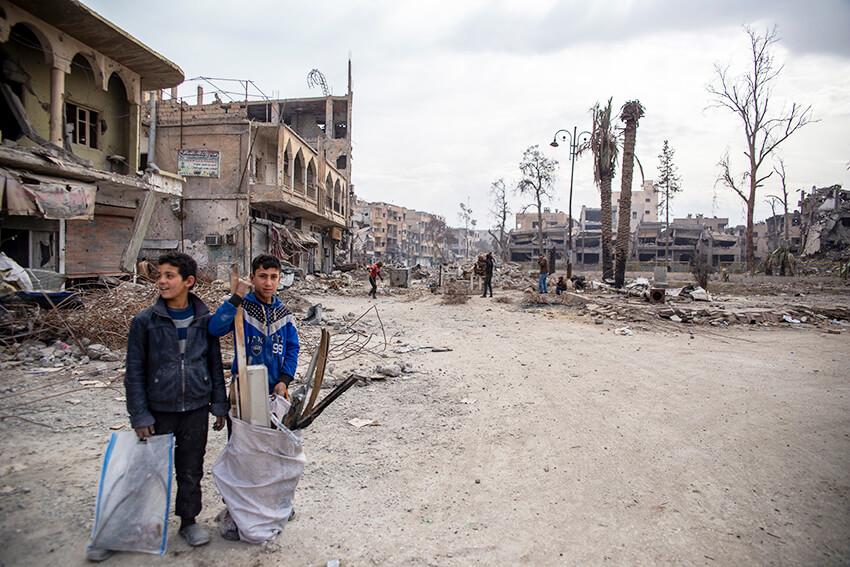 Niños buscando chatarra entre los escombros de los edificios destruidos en Raqqa. Siria.