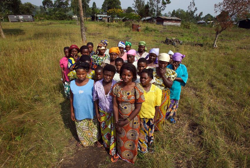 Mujeres con fístula como resultado de una brutal violación.Tal es el estigma de esta condición que las mujeres afectadas han fundado sus propios pueblos lejos del resto de la sociedad. Se estima que 250.000 mujeres han sido víctimas de violencia sexual durante la guerra civil de la República Democrática del Congo. Febrero de 2008.