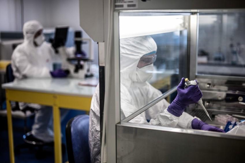 Científicos trabajando en el laboratorio de la universidad VirPath el 5 de febrero de 2020, mientras intentaban encontrar un tratamiento efectivo contra el coronavirus.