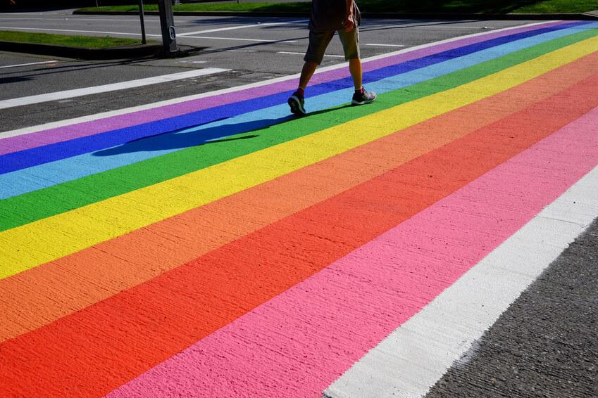 La ciudad de Richmond pintó un paso de peatones arcoíris en el bulevar Minoru para expresar su apoyo a la diversidad