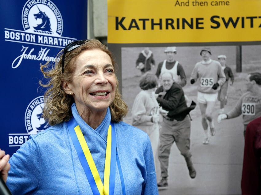 Kathrine Switzer sonríe durante una rueda de prensa, el martes 18 de abril de 2017 en Boston.
