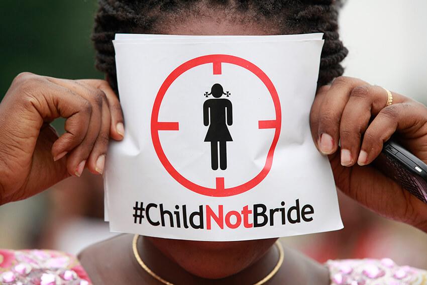 Una mujer protesta contra el matrimonio infantil en Lagos, Nigeria
