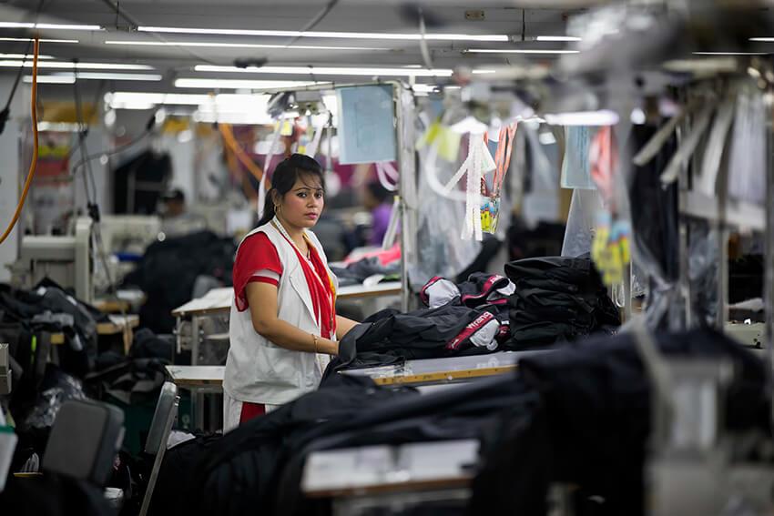Una mujer bangladesí trabaja en la fábrica de ropa Snowtex en Dhamrai, cerca de Dhaka, Bangladesh, 19 de abril de 2018.