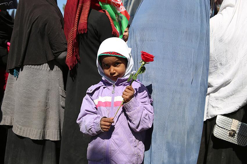 Una niña afgana sostiene una flor en Kabul, Afganistán, el domingo 8 de marzo de 2020 para conmemorar el Día Internacional de la Mujer.