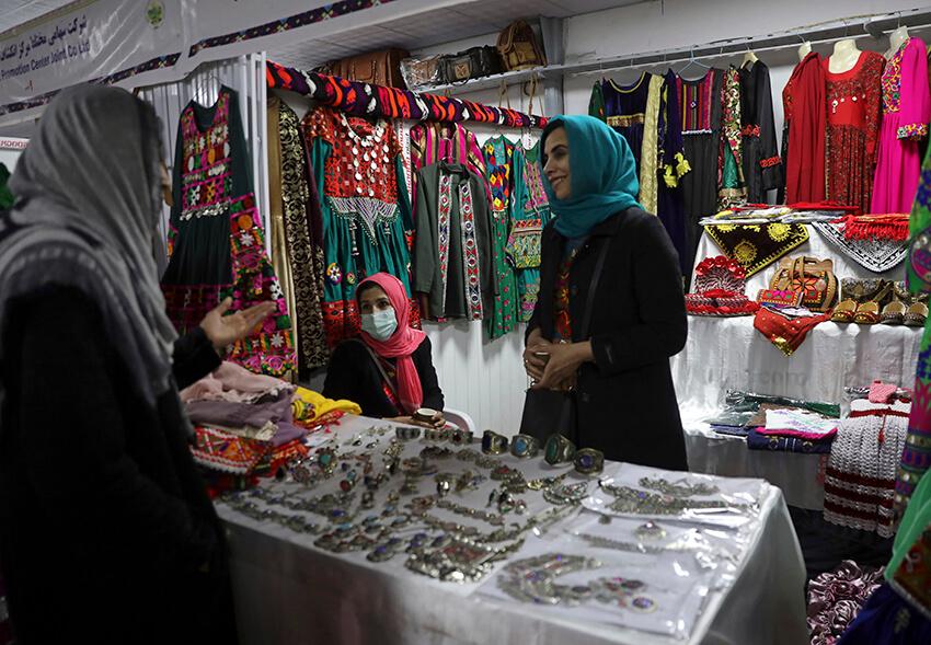 Una mujer vende sus productos en una feria agrícola que se celebró el Día Nacional del Agricultor, en Kabul, Afganistán, el lunes 22 de marzo de 2021.