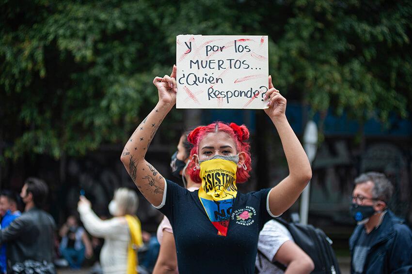 manifestantes protestan contra la masacre perpetrada por la policía y el ejército en Cali, Colombia