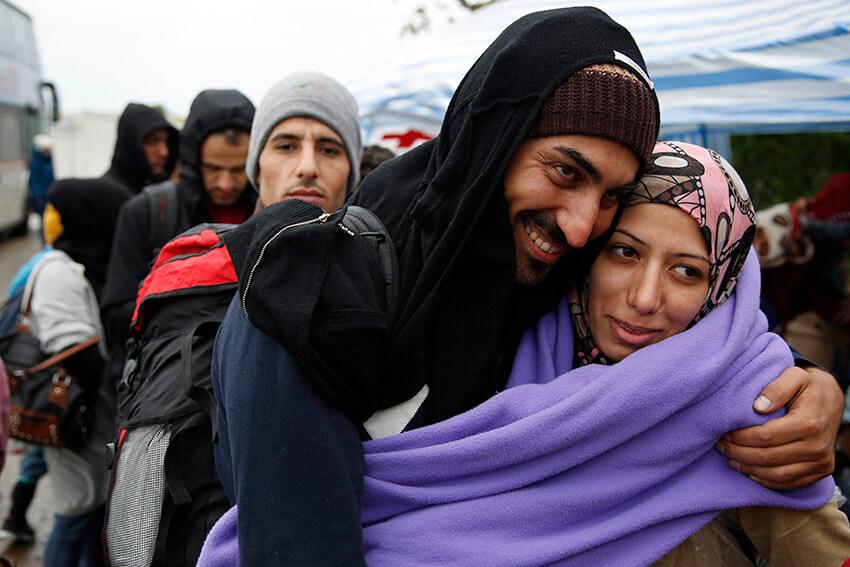 Personas refugiadas y migrantes esperan para cruzar la frontera serbocroata