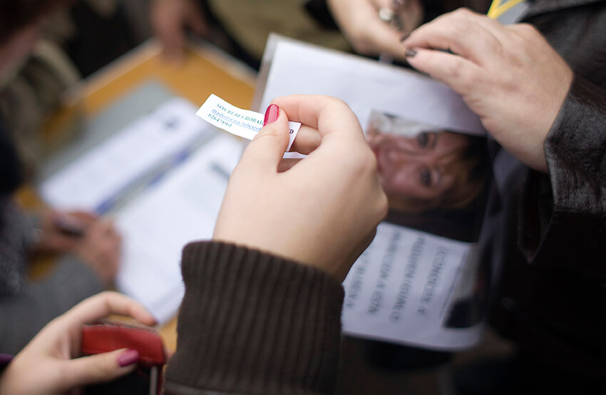 """Una mujer sostiene una tira de papel durante una concentración contra las adopciones ilegales en Madrid el 9 de noviembre de 2011. Cientos de mujeres españolas han denunciado  que sus bebés fueron robados al nacer y entregados en adopciones ilegales durante y después de la dictadura franquista y en la década de 1980. El papel dice: """"SOS bebés robados"""""""