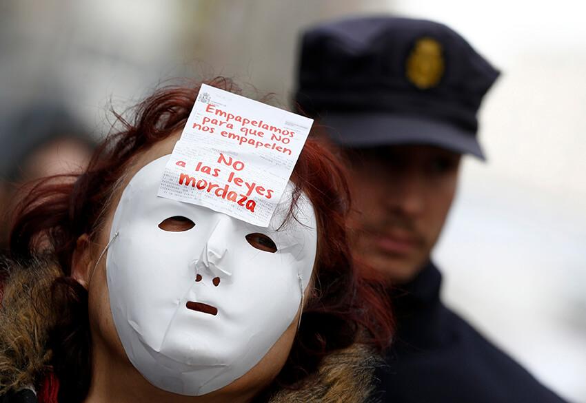 """Un manifestante protesta contra la nueva ley de seguridad de seguridad ciudadana, conocida como """"Ley Mordaza"""", en Madrid el 14 de febrero de 2015."""