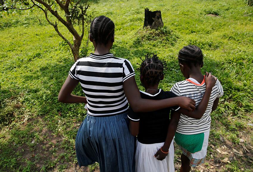 Las niñas desplazadas internamente utilizadas en conflictos armados por la milicia local caminan por las lindes de un refugio seguro para niños y niñas rescatados en Mwene Ditu, provincia de Kasai Oriental en la República Democrática del Congo, el 15 de marzo de 2018.
