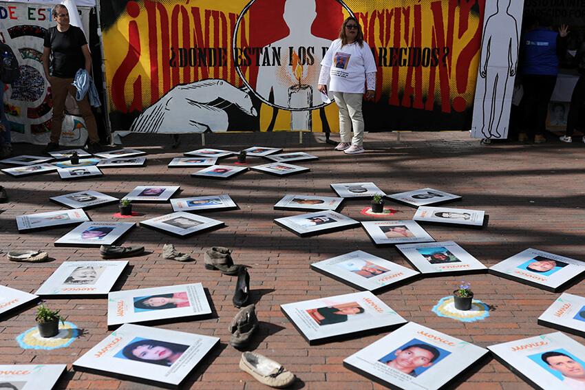 Un familiar de una persona desaparecida asiste a un evento en el Día Internacional de las Víctimas de Desapariciones Forzadas en Bogotá, Colombia, el 30 de agosto de 2019.