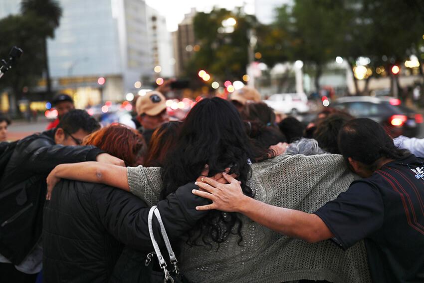 Familiares de personas desaparecidas se abrazan durante una manifestación para exigir justicia México, 6 de diciembre de 2019.