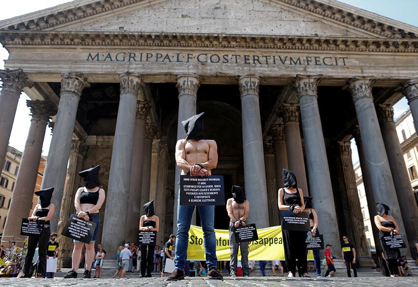 Activistas de Amnistía Internacional participan en una acto de protesta contra contra las desapariciones forzadas en el centro de Roma, Italia.