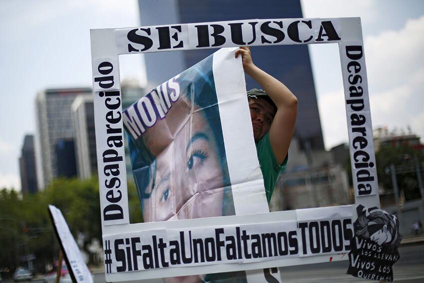 Un familiar de una persona desaparecida sostiene un marco para ser fotografiada, en una manifestación para exigir justicia durante el Día Internacional de las Víctimas de Desapariciones Forzadas, celebrada en la Ciudad de México, el 30 de agosto de 2015.