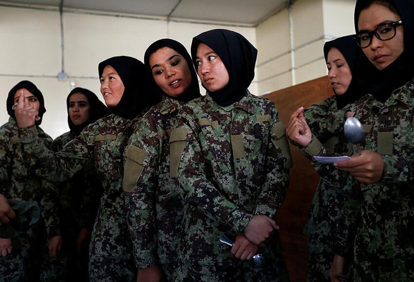 Mujeres soldado del Ejército Nacional Afgano (ANA) esperan para comer en el Centro de Entrenamiento Militar de Kabul (KMTC) en Kabul, Afganistán, el 23 de octubre de 2016.