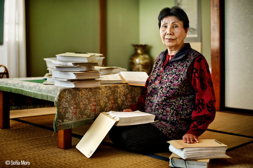 Hideko, en su casa, con las cartas de su hermano