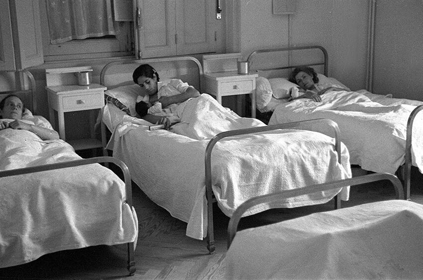 Foto del 6 de agosto de 1940. Imagen del  Auxilio Social. En la foto, habitación de uno de los centros de maternidad.